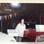 1965年 スバル1000発表展示会。写真は兼作の妻・満江。